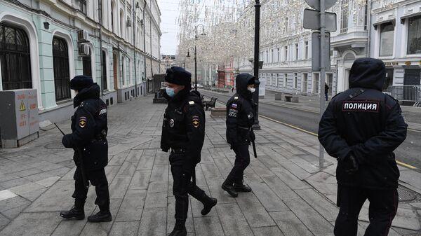 Сотрудники полиции в масках на улице Большая Дмитровка в Москве