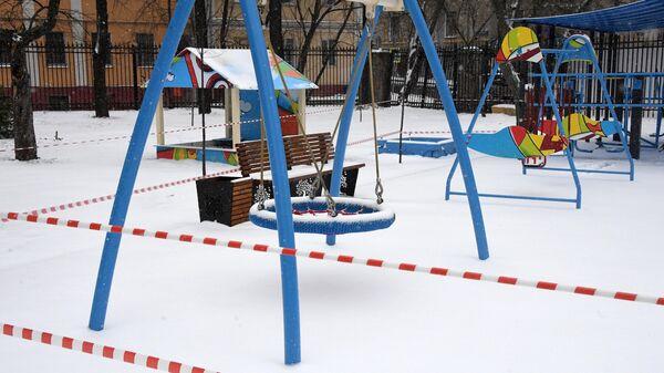 Закрытая детская площадка во дворе жилого дома в Москве