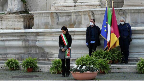 Мэр Рима Вирджиния Раджи во время минуты молчания в память о жертвах коронавируса