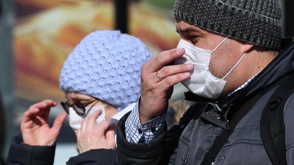 Прохожие в масках на улице в Новосибирске