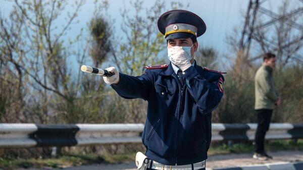 Сотрудник ГИБДД на блокпосту Мыс Сарыч на 45-м километре Ялтинской трассы