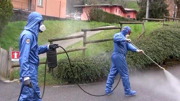 Сотрудники министерства обороны РФ во время санитарной обработки пансионата Кардинала Джорджо Гусмини в Вертове