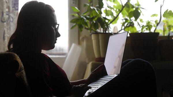 Девушка на дистанционном обучении у себя дома