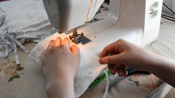 Семиклассница из Читы шьет на швейной машинке маски