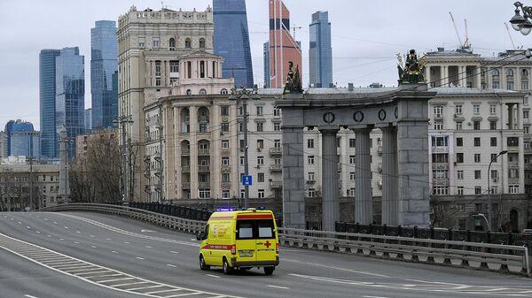 Машина скорой помощи на опустевших улицах Москвы