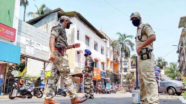 Военнослужащие патрулируют улицу во время карантина в штате Гоа, Индия