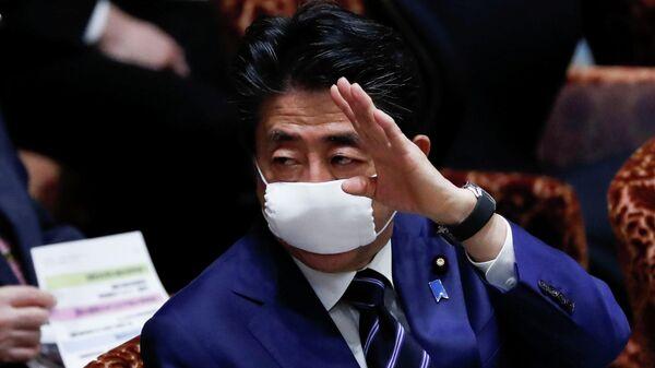 Премьер-министр Японии Синдзо Абэ в защитной маске
