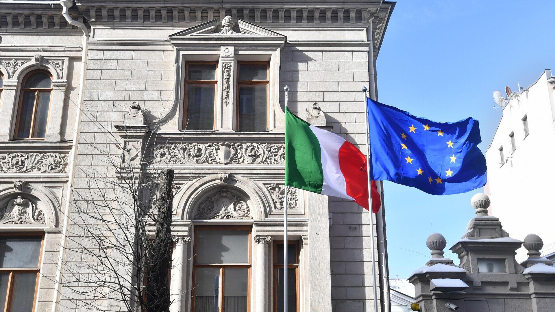 Приспущенный государственный флаг у посольства Италии в Москве - РИА Новости, 1920, 27.10.2020