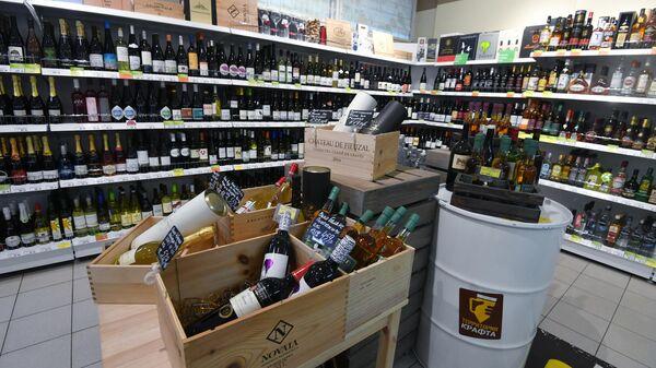 Полки с алкогольной продукцией в магазине
