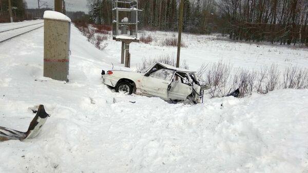Автомобиль столкнулся с поездом в Кировской области