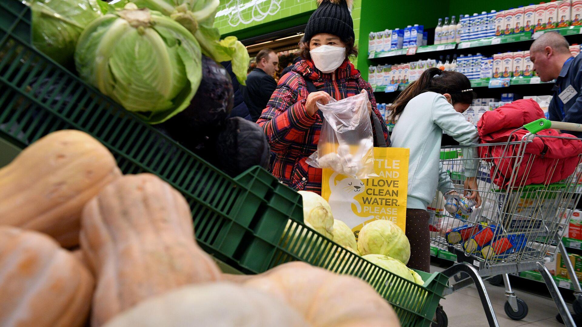 Покупательница выбирает чеснок в одном из супермаркетов в Москве - РИА Новости, 1920, 11.09.2020