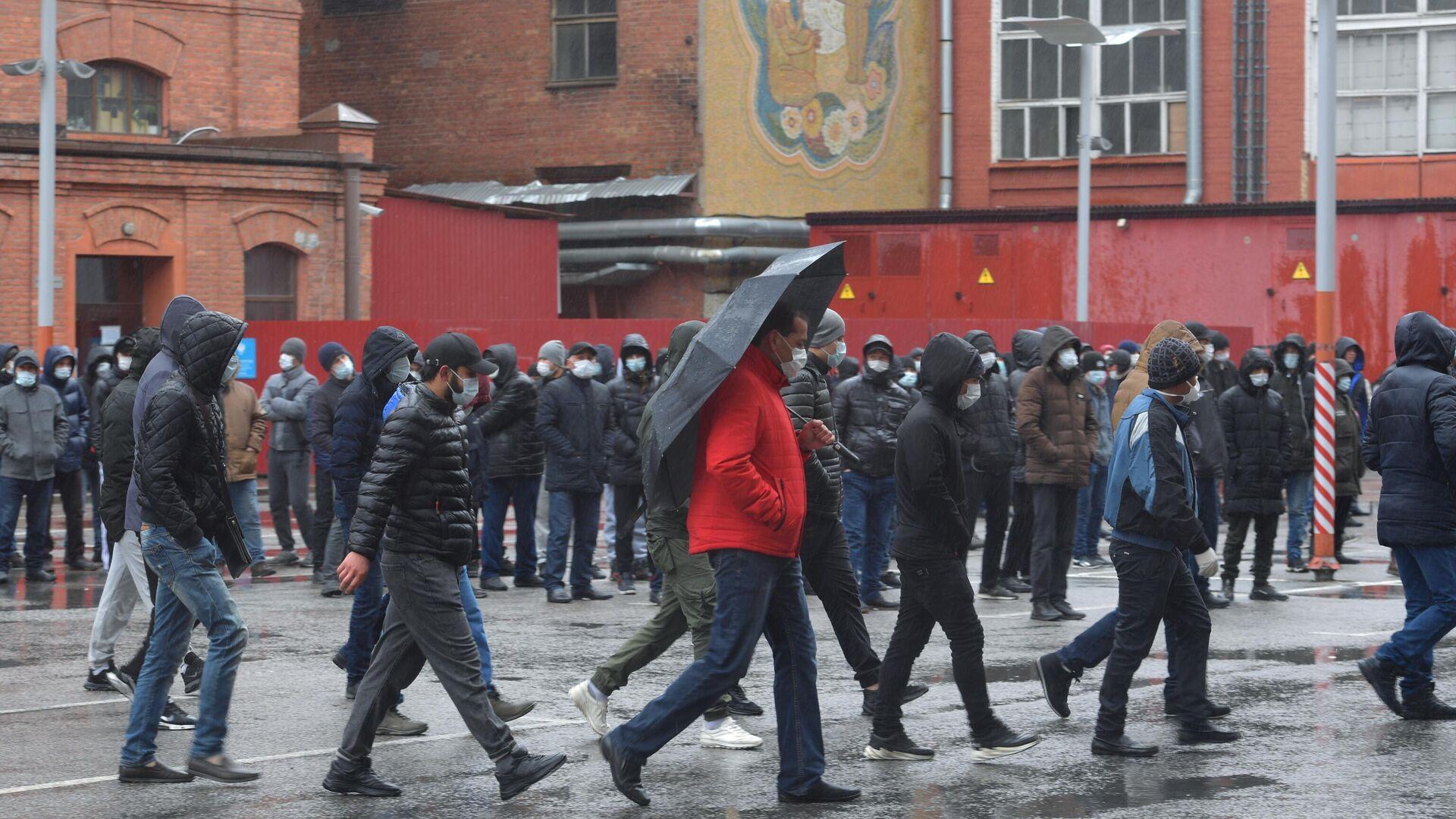 Мигранты стоят в очереди у здания УФМС в Санкт-Петербурге в период самоизоляции в связи с коронавирусом - РИА Новости, 1920, 19.04.2021