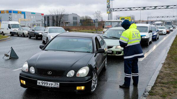 Сотрудник полиции беседует с водителем на посту ДПС