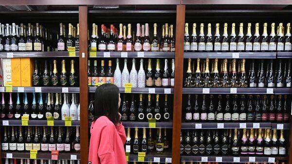 Покупательница в винно-водочном магазине в Красноярске