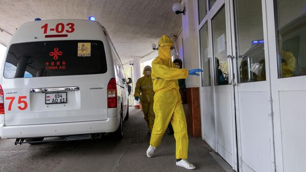 Медицинский работник входит в здание медицинского центра в Ереване