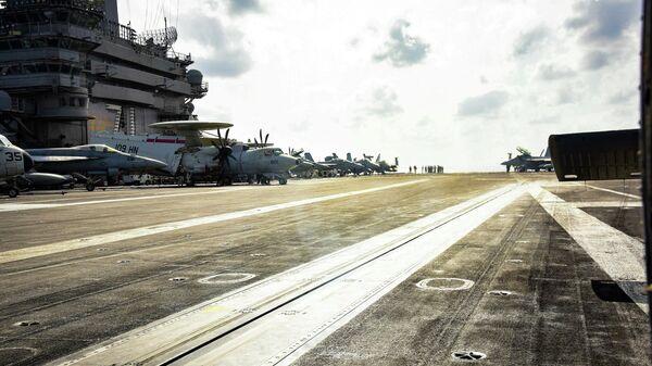 Самолеты на взлетной палубе авианосца ВМС США Теодор Рузвельт