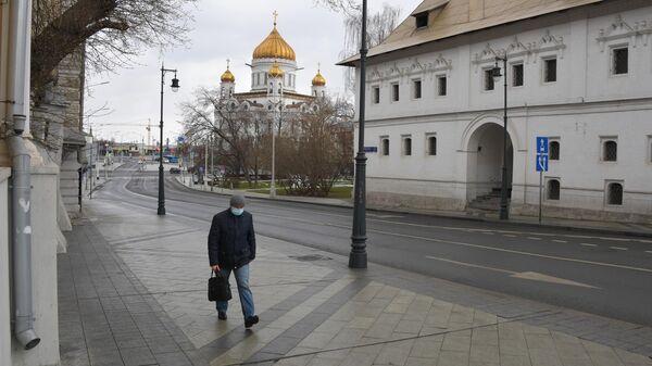 Прохожий на улице Пречистенка в Москве