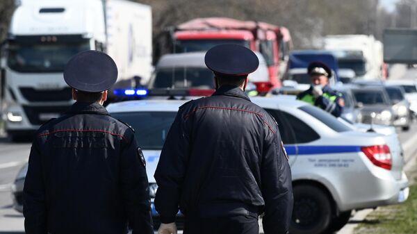 Сотрудники дорожно-патрульной службы на посту при въезде в город Ростов-на-Дону