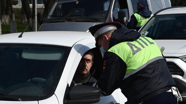 Сотрудники дорожно-патрульной службы проверяют автомобили
