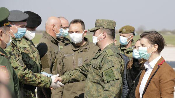 Встреча в Сербии российских военнослужащих, прибывших с гуманитарным грузом.