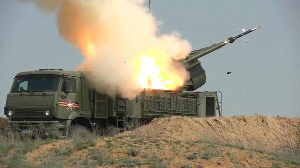 Самоходный зенитный ракетно-пушечный комплекс (ЗРПК) наземного базирования Панцирь-С1 во время учений