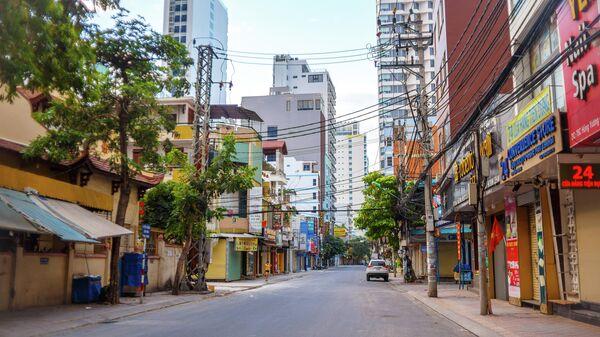 Пустая улица в курортном городе во Вьетнаме