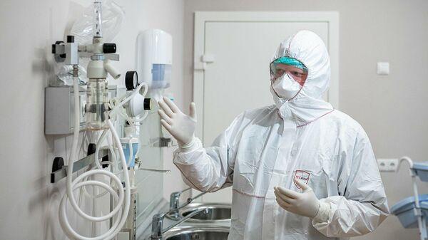 Врач в костюме биозащиты в палате перепрофилированного корпуса центра им М.И. Сеченова для лечения пациентов с коронавирусом