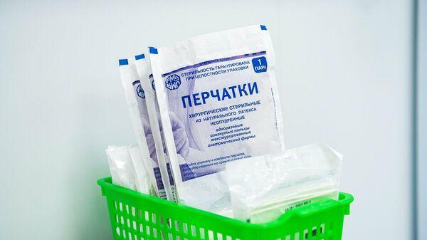 Одноразовые перчатки в перепрофилированном корпусе центра им М.И. Сеченова для лечения пациентов с коронавирусом