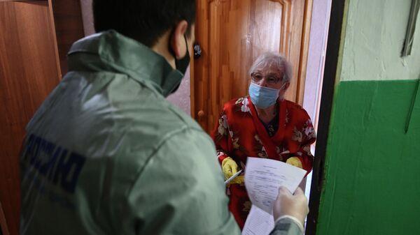 Волонтер доставляет товары первой необходимости пожилой женщине в Ростове-на-Дону
