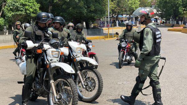 Офицеры Венесуэльской национальной гвардии на границе Венесуэлы и Колумбии