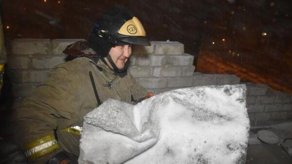 Сотрудник МЧС на вызове, связанном с непогодой в Тюменской области