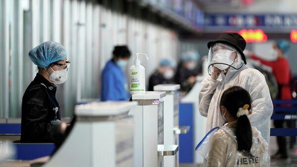 Пассажиры в Международном аэропорту  округа Ухань (Тяньхэ)