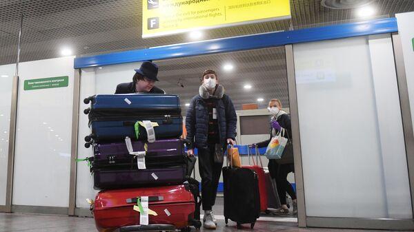 Пассажиры рейса Нью-Йорк - Москва в аэропорту Шереметьево