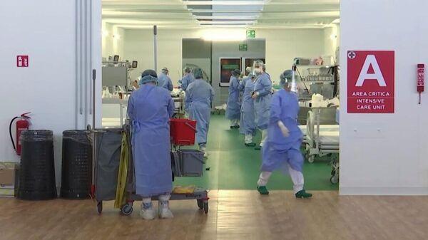 Работа российских военных врачей в полевом госпитале в Бергамо. Стоп-кадр видео