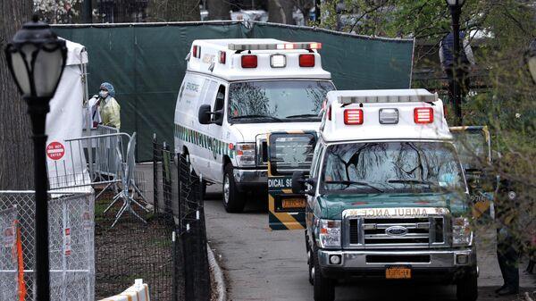 Машины скорой помощи возле полевого госпиталя в Центральном парке Нью-Йорка, США
