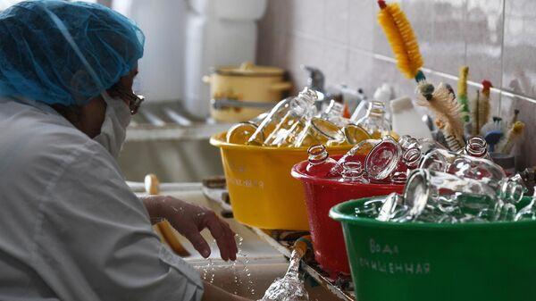 Предварительная мойка посуды в производственном блоке аптеки №6 муниципального предприятия Новосибирская аптечная сеть