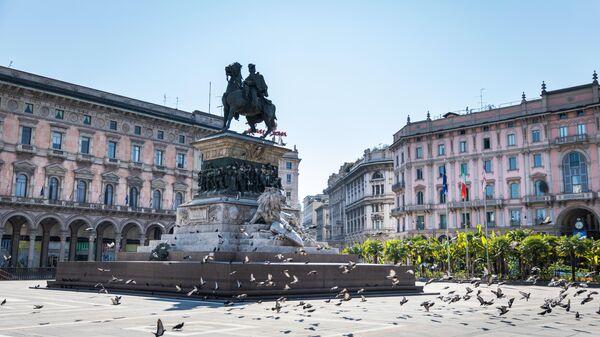 Голуби на опустевшей площади Пьяцца-дель-Дуомо в Милане