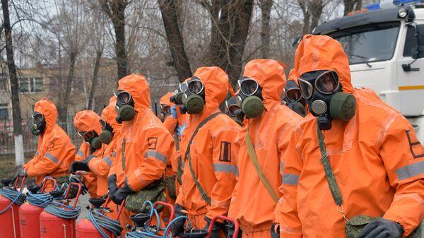 Сотрудники службы областного управления МЧС по Челябинской области перед началом обработки медицинских учреждений в Челябинске