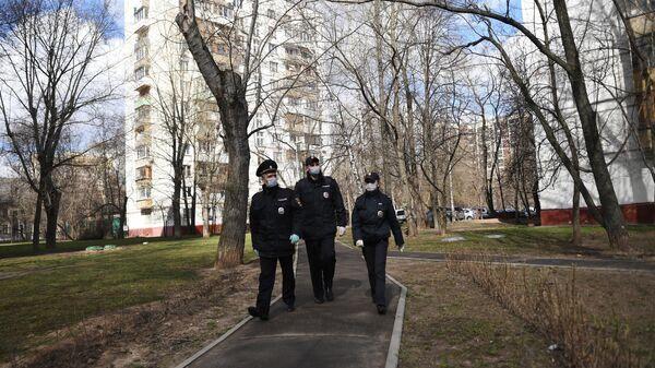 Сотрудники полиции патрулируют улицы Москвы в период самоизоляции жителей