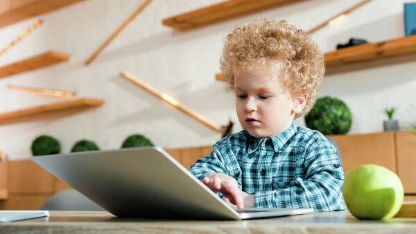 Мальчик сидит за компьютером