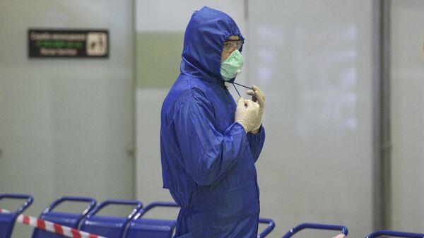 Сотрудник Роспотребнадзора в международном аэропорту Пулково во время встречи эвакуационного рейса российских граждан из Ларнаки