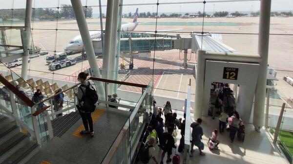 Российские туристы во время посадки на самолет компании Аэрофлот в аэропорту Пхукета