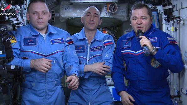 Российские космонавты поздравили с Днем космонавтики  с борта МКС