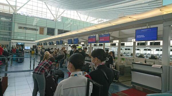Россияне в аэропорту Токио в ожидании вылета в Москву