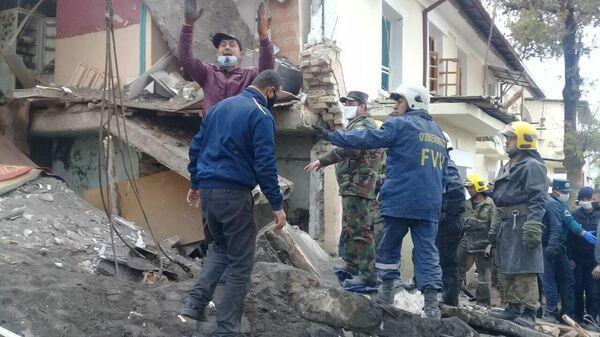 Сотрудники МЧС Узбекистана на месте взрыва в результате утечки газа в городе Каттакурган Самаркандской области