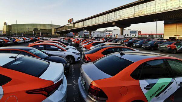 Автомобили службы каршеринга Делимобиль