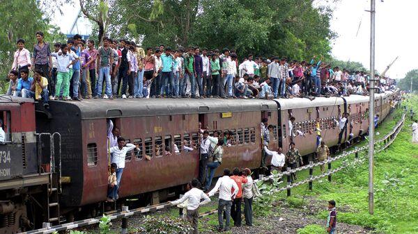 Переполненный поезд в городе Кхандва, Индия