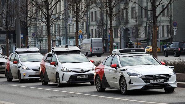 Беспилотные автомобили Яндекса на Зубовском бульваре в Москве