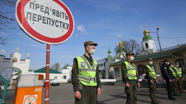 Сотрудники полиции и Национальной гвардии перекрыли вход в Киево-Печерскую лавру