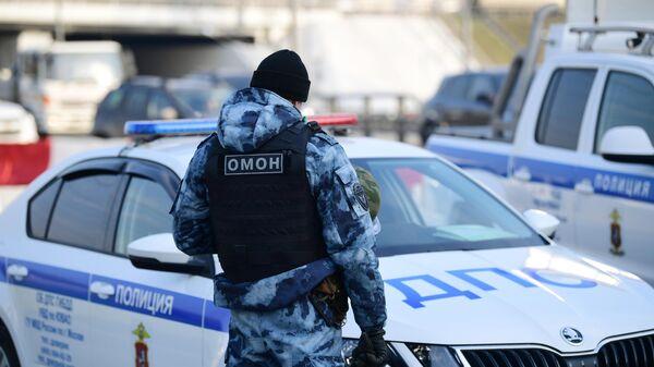 Сотрудник ОМОН на блокпосту при въезде в Москву